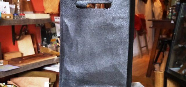 紙袋のような革袋のブラックについて