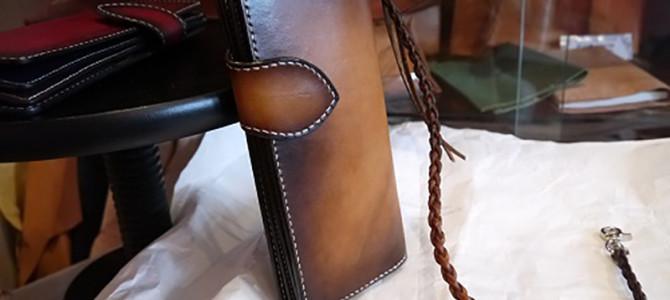 グラデーションカラーの長財布