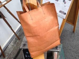 2年近くお使いの紙袋のような革袋のナチュラル。