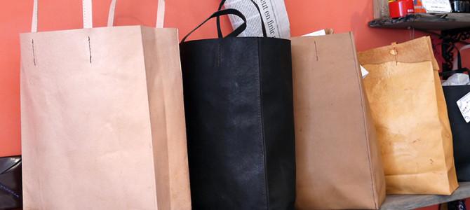 紙袋のような革袋