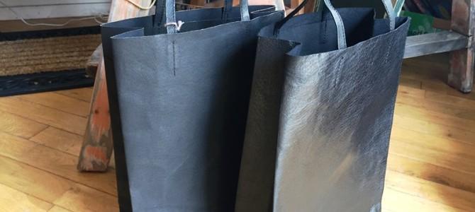紙袋のような革袋の新しい黒