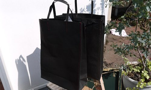 紙袋のような革袋のブラックが!